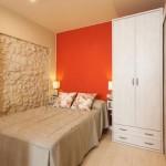 12-pat si dulap de haine in amenajarea unui dormitor foarte mic