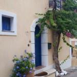 12-pensiune bej cu obloane albastre sat Asos Kefalonia Grecia