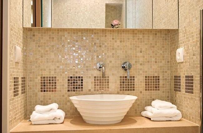 12-perete baie placat cu mozaic din sticla bej