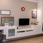 12-perete cu televizor semineu si mobila alba zona de living din camera de zi open space
