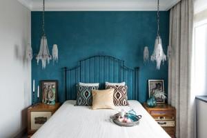 12-perete de accent albastru turcoaz amenajare dormitor de bloc stil boem