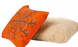 12-pernute de accent pentru living amenajat in maro si portocaliu