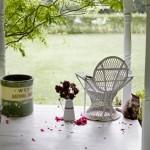 12-prispa din lemn casa mica vintage amenajata si decorata in alb si rosu
