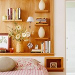 12-rafturi din lemn natur montate in nisa de deasupra patului din dormitor