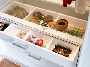 12-sertar compartimentat pentru organizarea obiectelor marunte comoda integrata in dressing