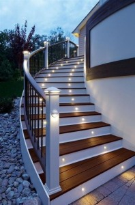12-spoturi luminoase montate in contratreptele scarii exterioare a casei