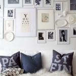 12-tablouri si fotografii inramate agatate pe peretele de la capul patului din dormitor