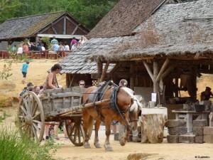 12-transportul materialelor si a turistilor in castelul Guedelon Franta