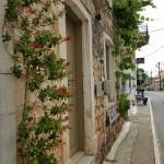 12-trepte varuite in alb decor casa din piata Kardamili Grecia