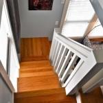 12-vedere scara de itnerior din dormitorul din mansarda casa mica 37 mp