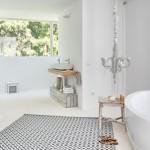 13-baie minimalista alba mare cu accente decorative rustice din lemn