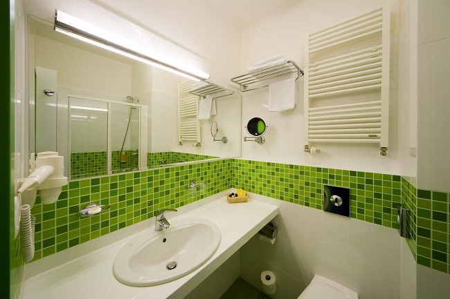 13-baie moderna alba brau decorativ cu placi faianta tip mozaic vernil