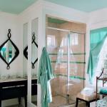 13-baie moderna alba tavan si mici accente cromatice turcoaz