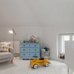 13-camera bebe mica decorata in alb amenajata in mansarda