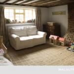 13-camera rustica fetita pereti din caramida si mobila din lemn natural