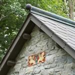 13-coama acoperis casa mica noua construita din materiale reciclate vechi stil Tudor