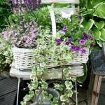 13-combinatii de flori cu mobilier si accesorii vechi din lemn simplu sau impletit