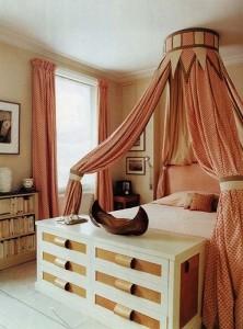 13-comoda cu sertare amenajare spatiu de la picioarele patului din dormitor