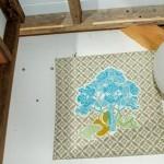 13-decor baie ecologica casa mica din lemn construita in padure