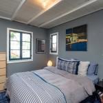 13-dormitor decorat in gri si albastru casa mica lemn