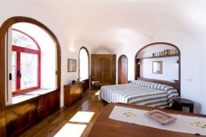 13-dormitor finisaje lemn masiv hotel torre di clavel positano italia