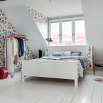 13-dormitor mansardat pereti finisati cu tapet decorativ imprimeu floral
