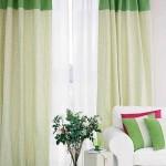 13-draperii albe cu verde asortate cu pernutele decorative de pe canapea