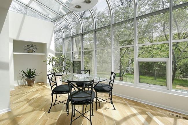 13-exemplu de inchidere a unei verande cu ferestre de sus pana jos