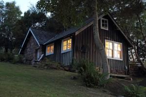 13-exterior casa mica si frumoasa din piatra pe malul lacului