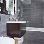 13-finisaje gri si mobila wenge in amenajarea unei bai moderne de mici dimensiuni