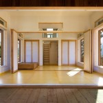 13-interior casa mica din lemn vedere din terasa pana spre scara ce urca la mansarda
