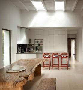 13-masa din lemn masiv brut loc de luat masa casa veche renovata