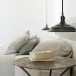 13-masuta veche cu picioare din fier in decorul unui dormitor modern