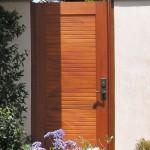 13-model poarta pietonala moderna din lemn masiv pentru garduri din zidarie