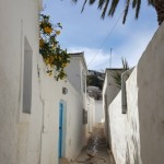 13-o alta strada ingusta cu ziduri albe din piatra Hydra Grecia