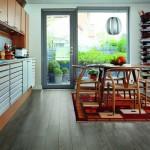 13-parchet culoare gri decor bucatarie cu mobila maro