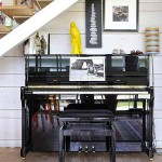 13-pianina asezata sub scara interioara din living