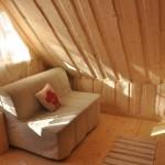 13-spatiu relaxare dormitor matrimonial casa mica din barne de lemn