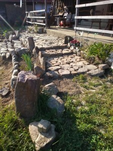 13-zona placata cu pietre in fata casei din lemn Vlad