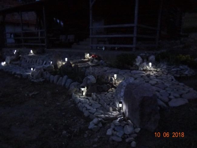 14-aranjament decorativ cu pietre si lumini in fata casei lui Vlad