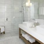 14-baie moderna amenajata si decorata in alb si gri deschis