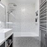 14-baie moderna amenajata si decorata in gri deschis si inchis