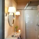 14-baie moderna cu faianta tip subway casa amenajata in fosta scoala restaurata