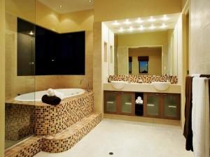14-baie moderna faianta bej intercalata cu mozaic in diverse nuante de maro