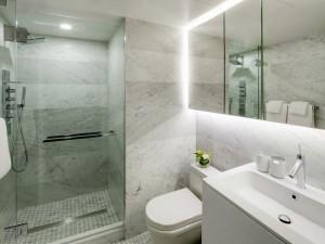 14-baie moderna minimalista pereti placati cu marmura gri
