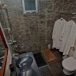 14-baie moderna placata cu mozaic maro cu doua lavoare si cabina de dus fara cadita