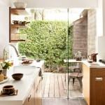 14-bucatarie mica langa terasa exterioara cu un perete si usa din sticla clara