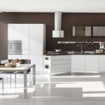 14-bucatarie moderna mobila alba pereti zugraviti in maro ciocolatiu