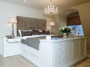 14-comoda cu sertare asezata la picioarele patului din dormitor