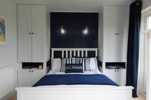 14-decor in alb si bleumarin casa mica din lemn 40 mp